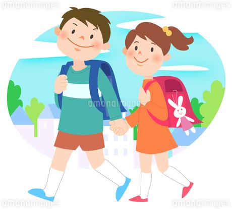 街中で手をつないで歩いている男女の小学生のイラスト素材 [FYI02662534]