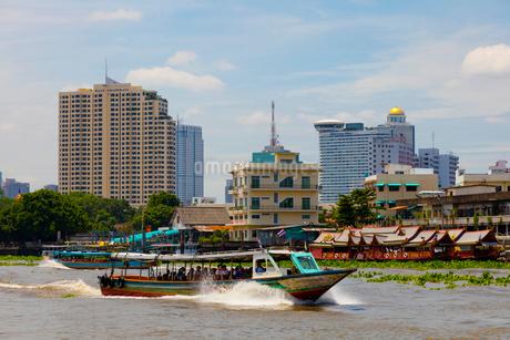 チャオプラヤー川の風景とエクスプレスボートの写真素材 [FYI02662563]