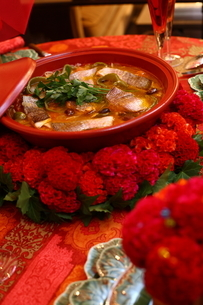 料理とフラワーアレンジメントの写真素材 [FYI02662585]