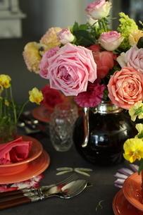 バラと春の花のテーブルコーディネートの写真素材 [FYI02662595]