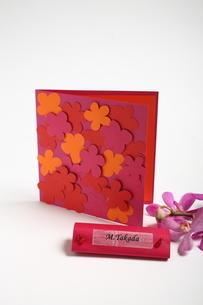 花とペーパーアイテムの写真素材 [FYI02662621]
