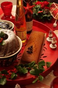 クリスマスアレンジと料理の写真素材 [FYI02662627]