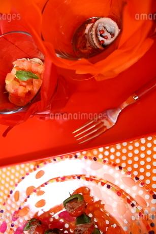 料理とフラワーアレンジメントの写真素材 [FYI02662670]