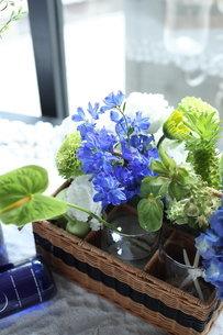 青い花夏のフラワーアレンジメントの写真素材 [FYI02662683]