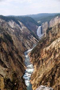 イエローストーン国立公園のキャニオンカントリーのアーティストポイントからのロウアー滝を望むの写真素材 [FYI02662698]