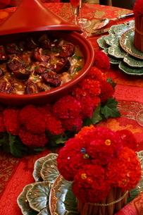 料理とフラワーアレンジメントの写真素材 [FYI02662790]