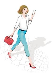 スマートフォンを片手に街を歩く女性のイラスト素材 [FYI02662853]