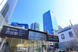渋谷駅前スクランブル交差点 しぶちか入り口の写真素材 [FYI02662904]