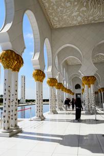 シェイクザイードグランドモスクの建物の回廊の写真素材 [FYI02662932]