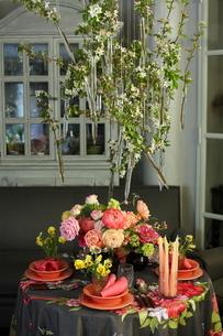 芍薬とバラと春の花のテーブルコーディネートの写真素材 [FYI02662945]