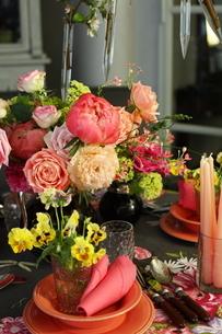芍薬とバラと春の花のテーブルコーディネートの写真素材 [FYI02662946]