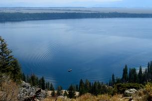 グランドティトン国立公園のジェニーレイクのインスピレーションポイントから湖の写真素材 [FYI02662968]