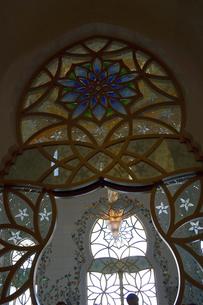 シェイクザイードグランドモスクの建物内のステンドグラスの写真素材 [FYI02662986]