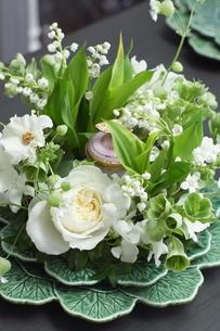 スズランと初夏の花のアレンジメントの写真素材 [FYI02663104]