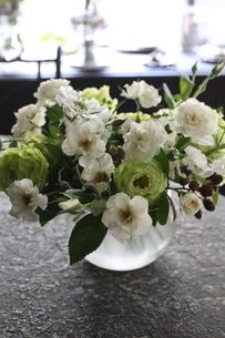 白い花の花瓶活けの写真素材 [FYI02663195]