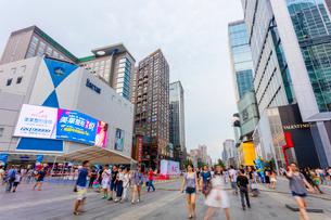 人々で賑わう春熙路の写真素材 [FYI02663321]