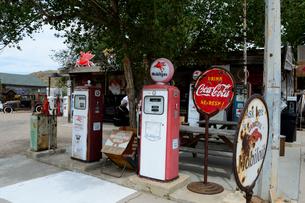 ヒストリックルート66のアンティークな店のガソリンポンプの写真素材 [FYI02663355]