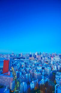 黎明の明石町から望む西南西方向のビル群と東京タワーの写真素材 [FYI02663469]