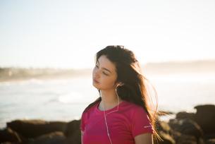 トレーニングウェアで音楽を聴いている女性の写真素材 [FYI02663637]