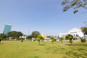 マハバンドゥーラ公園から見たヤンゴン市庁舎の写真素材 [FYI02663753]