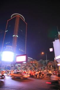 モニボン通りの夜景 プノンペンの写真素材 [FYI02663882]