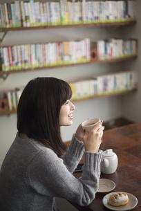 カフェでお茶を飲んでいる女性の写真素材 [FYI02663940]