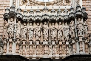 モンセラット修道院大聖堂ファサードのイエスと12人の聖人像の写真素材 [FYI02663961]
