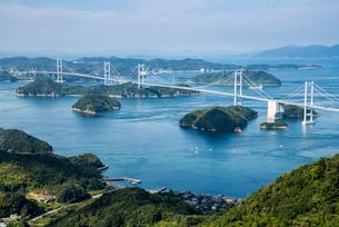 亀老山展望台より瀬戸内海来島海峡大橋を望むの写真素材 [FYI02663971]