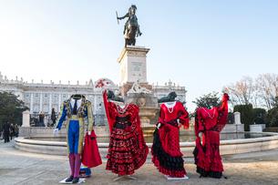 王宮を背景にオリエンテ広場に建つフェリペ4世の騎馬像とフラメンコの衣装の写真素材 [FYI02663987]