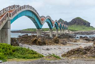 三仙台とアーチ橋を見る東海岸風景の写真素材 [FYI02663989]