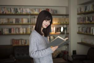 本を読んでいる女性の写真素材 [FYI02663995]