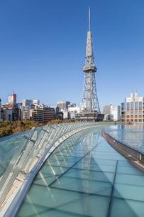 オアシス21の屋根越しに名古屋テレビ塔を見るの写真素材 [FYI02663998]