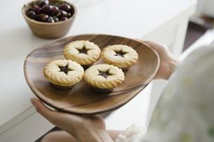 クリスマスパイを持っている女性の手元の写真素材 [FYI02664005]