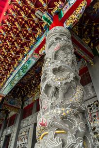 龍が彫られた石柱の写真素材 [FYI02664015]