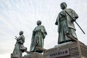 JR高知駅前に建つ土佐三志士像の写真素材 [FYI02664020]