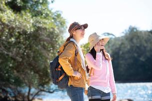 川辺に立っている女性2人の写真素材 [FYI02664027]