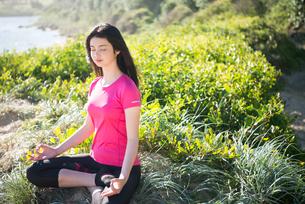 瞑想をしている女性の写真素材 [FYI02664034]