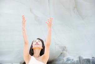 自然の中でヨガをしている女性の写真素材 [FYI02664036]