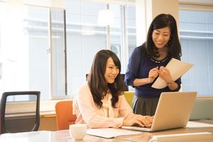 オフィスにいる女性2人の写真素材 [FYI02664037]