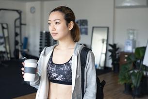 ジムでリユースコーヒーカップを持っている女性の写真素材 [FYI02664038]