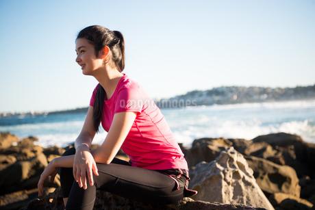 トレーニングウェアでビーチにいる女性の写真素材 [FYI02664044]