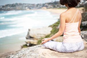 自然の中で瞑想をしている女性の写真素材 [FYI02664046]