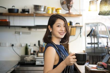 カフェで仕事をしている店員の写真素材 [FYI02664057]