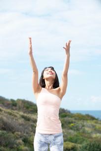 自然の中でヨガをしている女性の写真素材 [FYI02664060]
