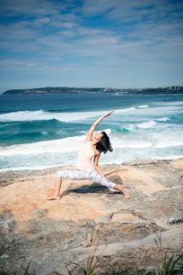海でヨガをしている女性の写真素材 [FYI02664065]