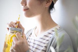 アイスティーを持っている女性の写真素材 [FYI02664092]