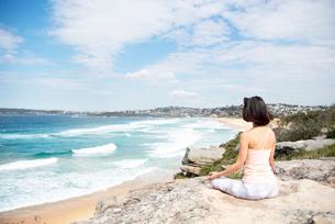 自然の中で瞑想をしている女性の写真素材 [FYI02664100]