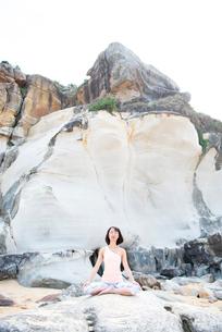 ビーチで瞑想をしている女性の写真素材 [FYI02664104]