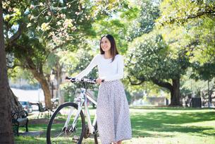 自転車を引いている女性の写真素材 [FYI02664114]