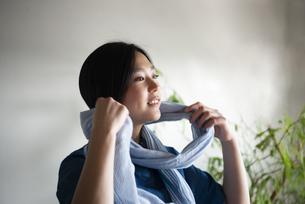 ストールを巻いている女性の写真素材 [FYI02664124]